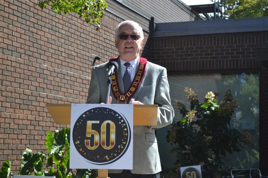 50e anniversaire de la bibliothèque et l'hôtel de Ville de Beaconsfield