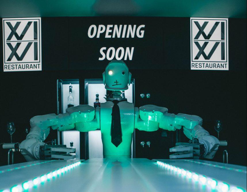Un robot au bar du nouveau restaurant Le XVI XVI