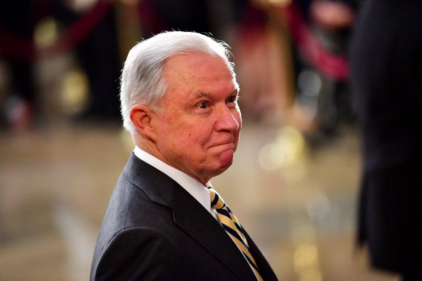 Donald Trump renouvelle ses menaces contre Jeff Sessions