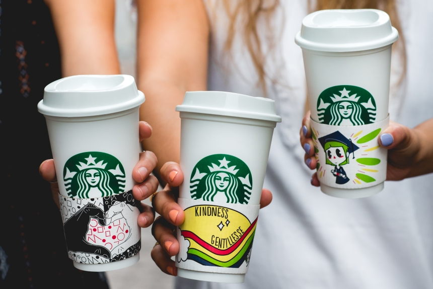 Le dessin d'une élève de Saint-Laurent sur les gobelets de Starbucks
