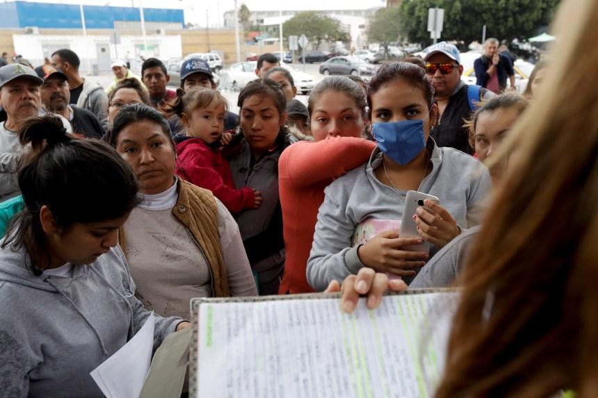 Migrants: 800 militaires américains déployés à la frontière avec le Mexique