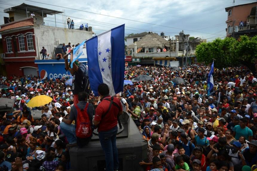La «caravane» de migrants honduriens force la frontière Guatemala-Mexique