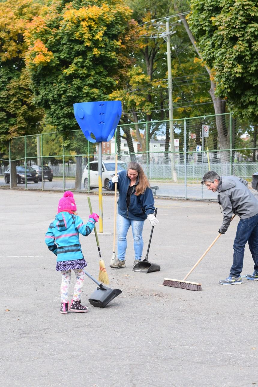 Corvée de nettoyage à l'école Philippe-Morin