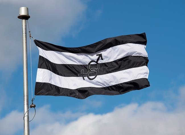 Retrait du «drapeau hétéro»: son créateur songe à poursuivre