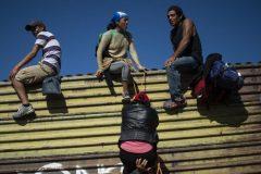 Mexique: des centaines de migrants tentent de franchir la frontière américaine
