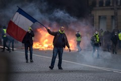 France: les gilets jaunes de retour dans la rue, contre les violences policières