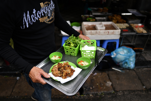 À Hanoï, des galettes de vers frits, délices des soirées hivernales