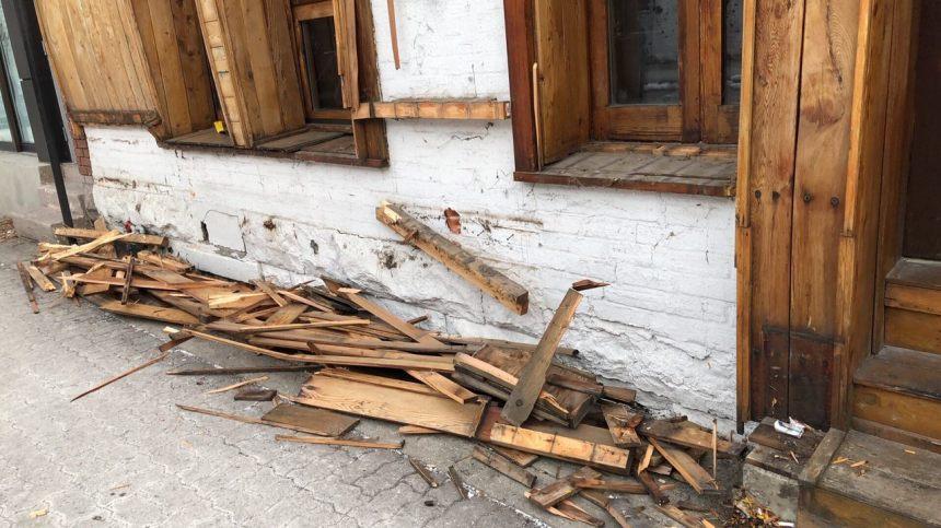 Le restaurant Khyber Pass forcé de retirer sa façade
