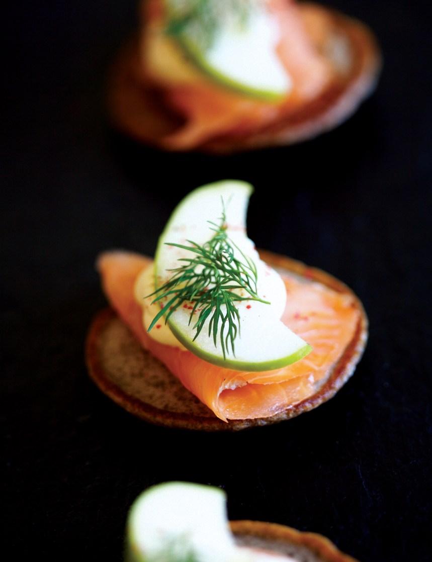 Blinis à la farine de sarrasin avec saumon fumé, pommes et crème fraîche
