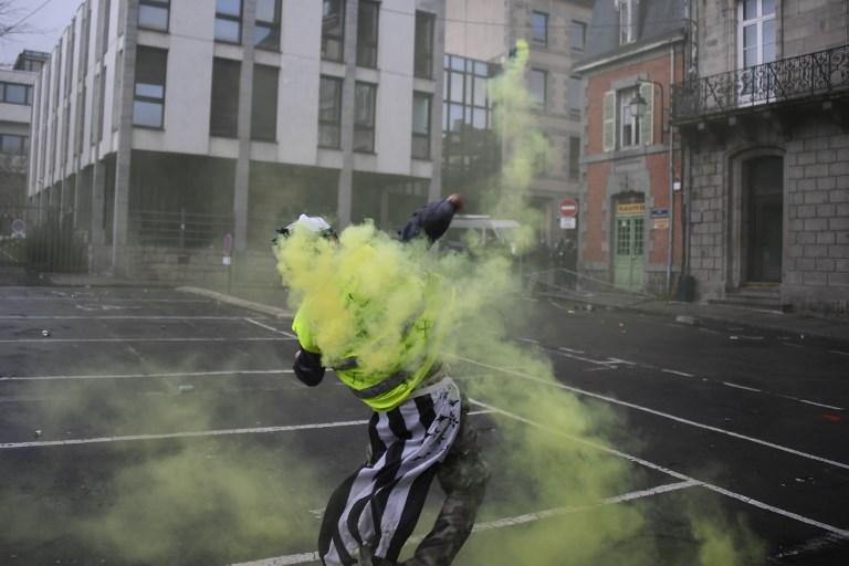 «Gilets jaunes» et brassards blancs à Paris : un service d'ordre pour éviter les violences