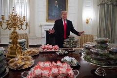 «Shutdown»: pizzas et hamburgers à la Maison-Blanche, Trump paie l'addition
