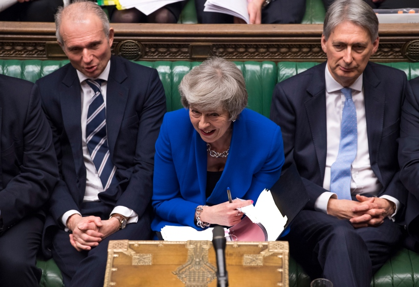 Theresa May survit de justesse à un vote de défiance