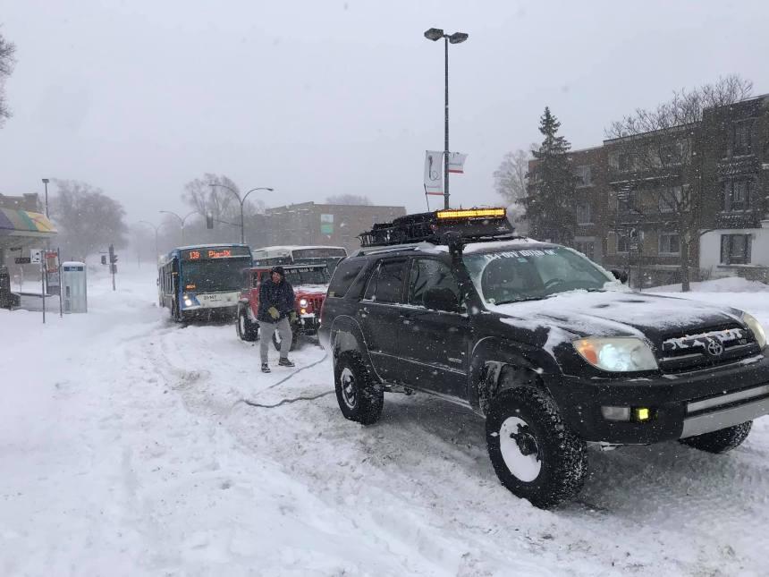 Trois voitures pour sortir un autobus de la STM de la neige
