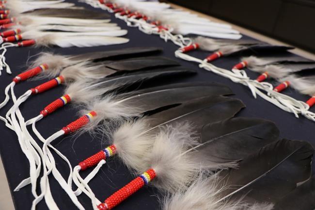 Jurer avec une plume d'aigle à la GRC du Manitoba