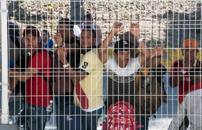 Migrants honduriens: des premiers groupes passent la frontière mexicaine