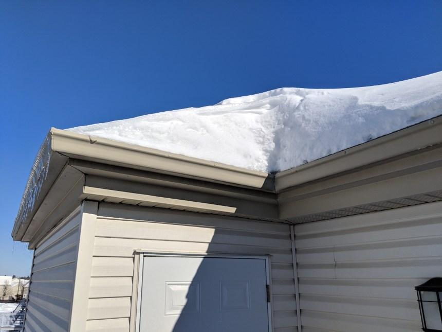 Penser à déneiger son toit après de fortes accumulations