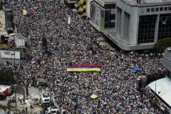 Venezuela: des milliers d'opposants défient Maduro dans la rue pour les 20 ans de la révolution