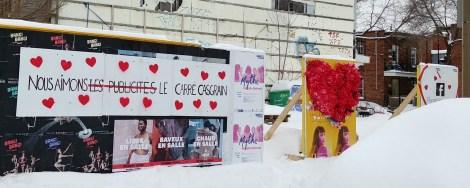 Des citoyens ont décoré les panneaux publicitaires le jour de la St-Valentin.