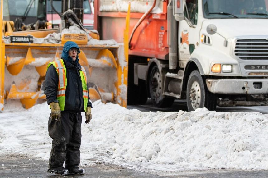 Des contrats de déneigement accordés sans barres latérales sur les camions