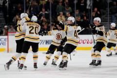Backes donne aux Bruins un 7e gain d'affilée, 3-2 contre les Knights
