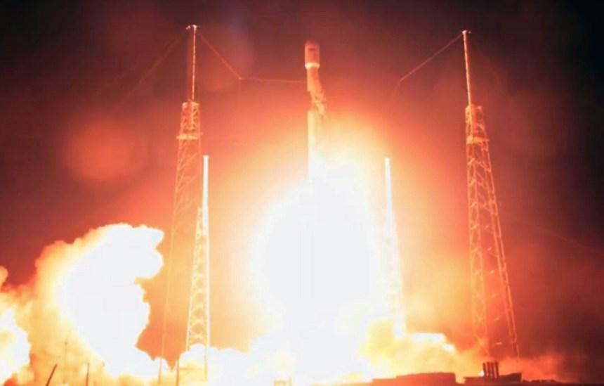 Décollage de la fusée SpaceX avec à son bord une sonde lunaire israélienne