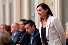 Critiquée, la ministre Isabelle Charest nuance sa position sur le hidjab