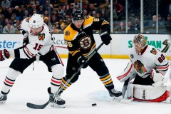Les Bruins défont les Blackhawks 6-3 pour mettre fin à leur séquence de 7 gains