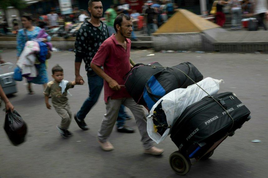 Maduro ferme la frontière avec le Brésil, Guaido en route vers l'ouest