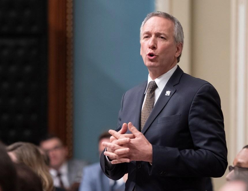 L'opposition attaque Lamontagne, mais Legault lui renouvelle sa confiance