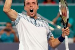 Agut élimine le favori Djokovic en trois manches au quatrième tour