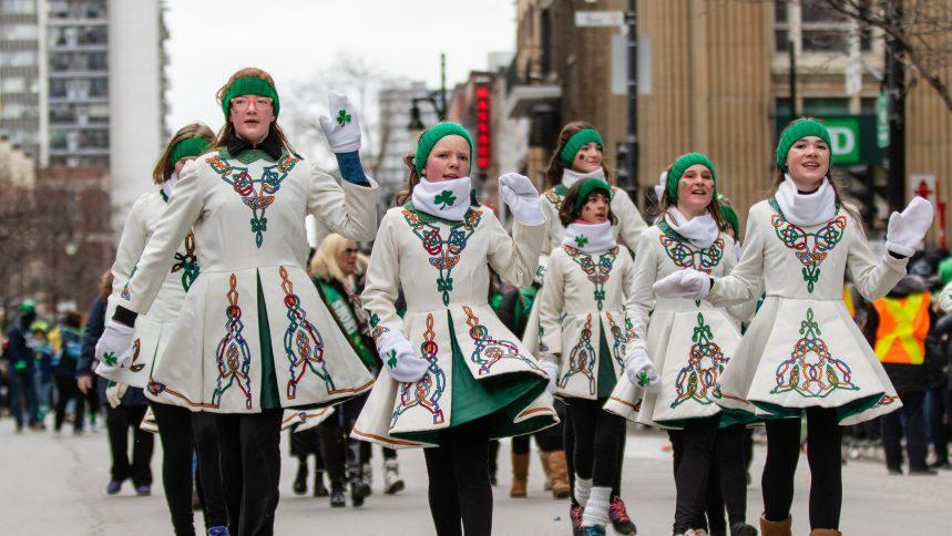 Soleil au rendez-vous pour le 196e défilé de la Saint-Patrick à Montréal