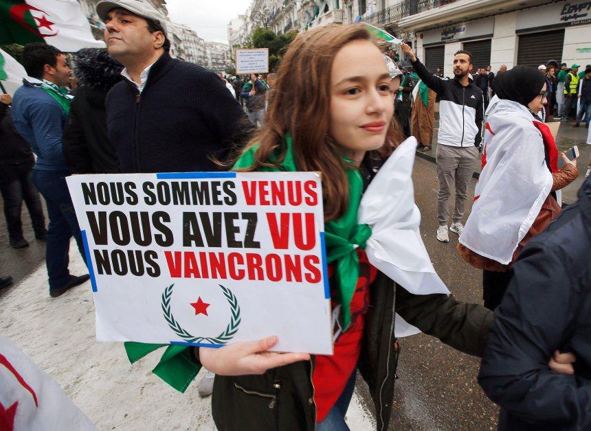 Foule énorme à Alger pour demander le départ du régime