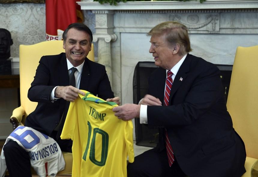 Trump et Bolsonaro mettent en scène leur complicité à Washington
