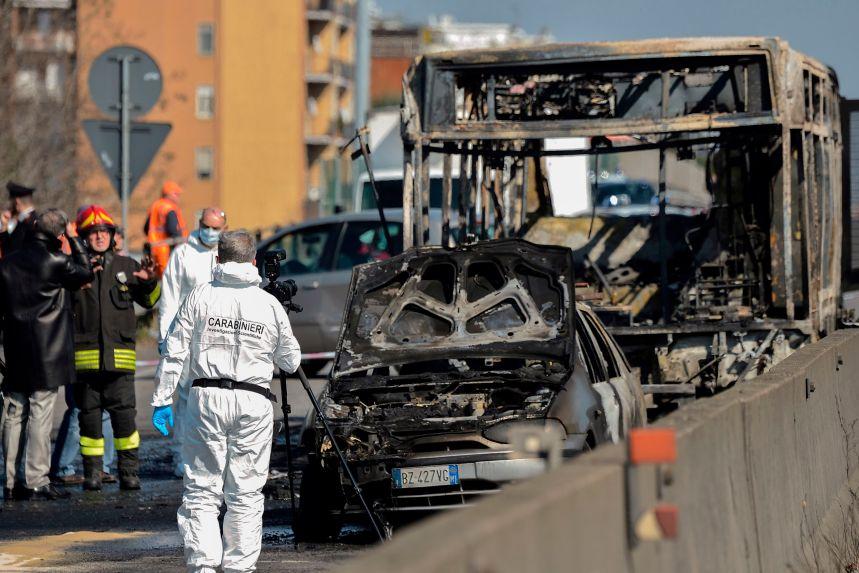 Un massacre est évité de justesse pour 51 collégiens pris en otage dans un busen Italie