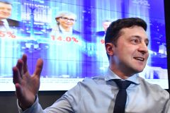 Ukraine: le comédien Zelensky face au président Porochenko au second tour