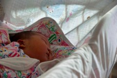 Les bébés nés de mères dépressives ou peu éduquées dorment moins bien