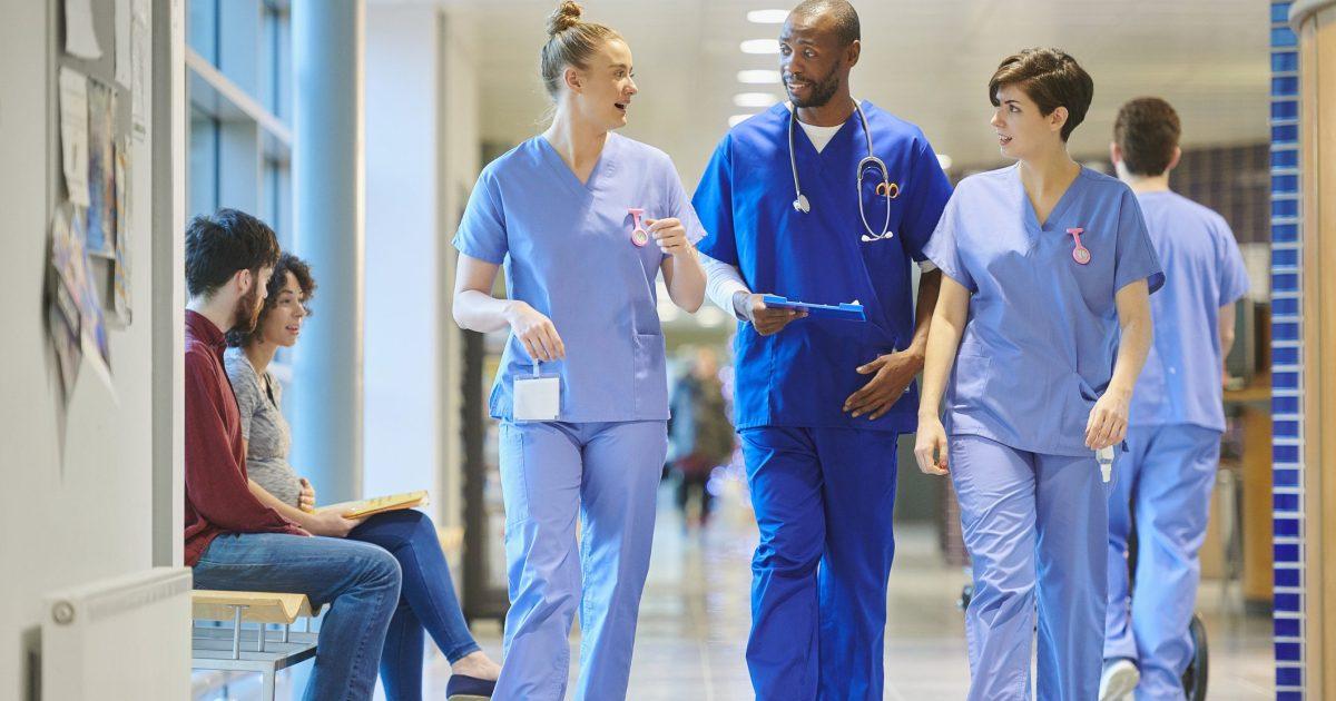 Prêtes à travailler, des infirmières sont prises sur des listes d'attente