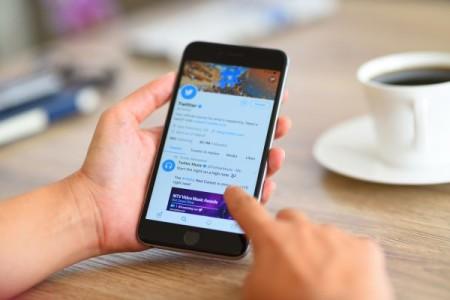 Les réseaux sociaux, source d'information populaire mais peu fiable