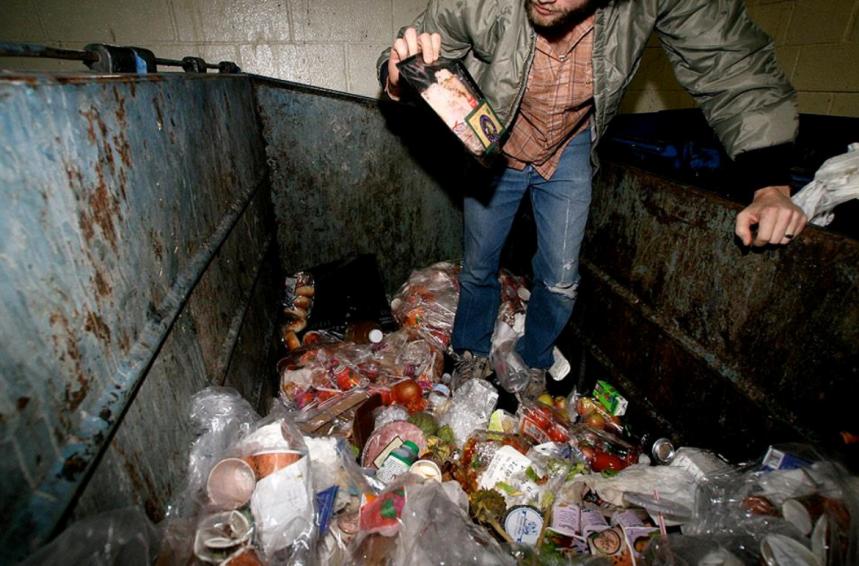 Dumpster diving: un «état d'esprit» pour enrayer le gaspillage alimentaire