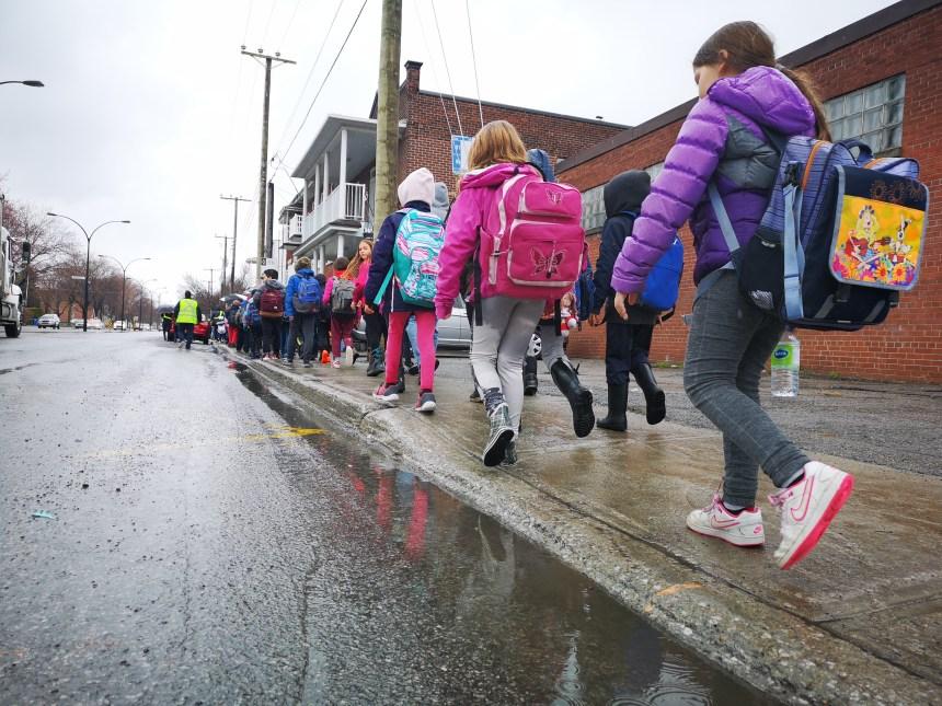 Des centaines d'élèves marchent pour l'eau potable à Pointe-aux-Trembles