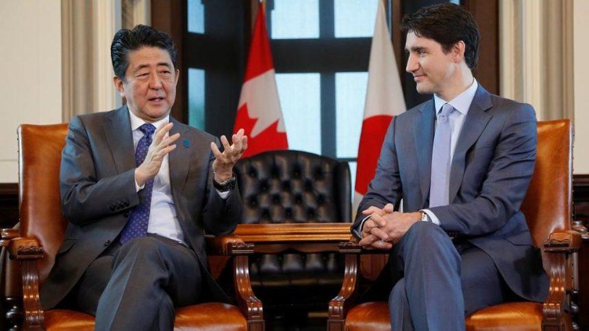Les premiers ministre Shinzo Abe et Justin Trudeau se félicitent du PTPGP