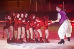 Une dizaine de jeunes patineurs ont enfilé des costumes de singes pour accompagner Aladin dans une chorégraphie inspirée des mille et une nuits.