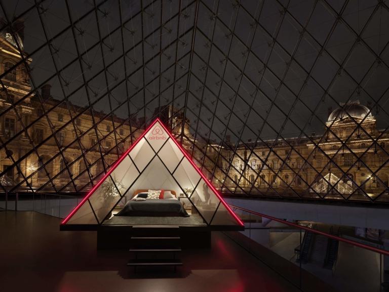 Le Louvre ouvre ses portes à Airbnb pour une nuit insolite sous la pyramide