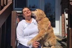 Une résidente surprend son chien en train de manger du poison à rat dans sa cour