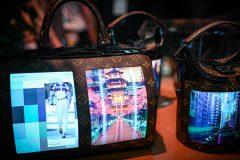 Les écrans flexibles s'invitent sur des sacs à main