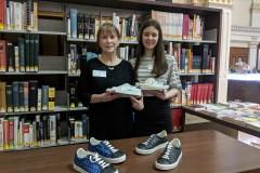 Des élèves du Collège Sainte-Anne commercialisent des souliers à base d'ananas, à Lachine