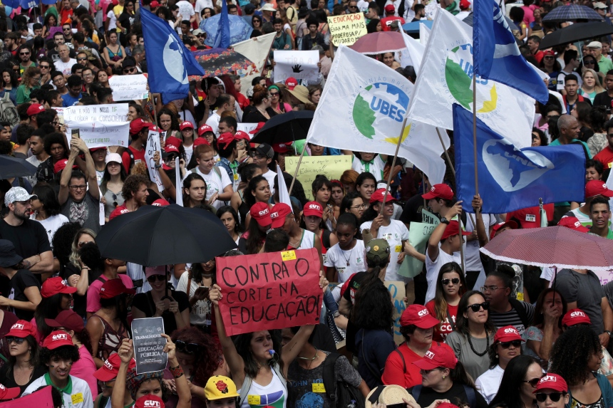 Brésil: une marée humaine pour défendre l'université