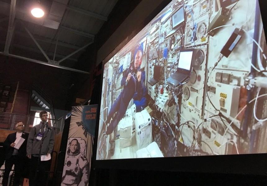 David Saint-Jacques salue, de l'espace, les inventions de jeunes scientifiques