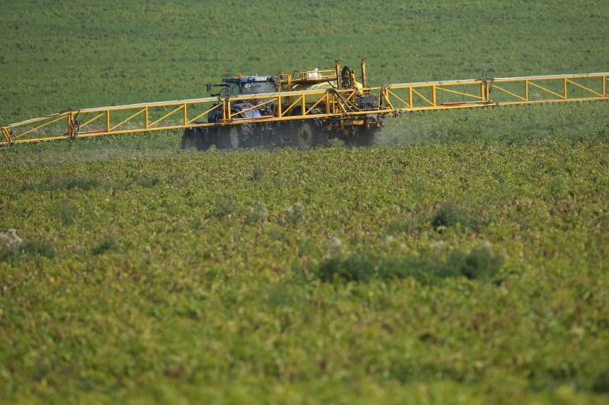 Pesticides: le gouvernement Legault surveille une quinzaine d'agronomes