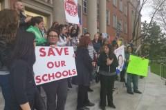 Transfert d'écoles: des parents d'élèves en colère veulent sauver leurs établissements